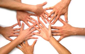 És una iniciativa solidaria que va néixer al 1998 per a reunir micro donacions en equip (treballadors d'una mateixa empresa, un grup d'amics etc.) i es destina a una causa social o benèfica. En el cas de teaming a l'empresa, tots els empleats que ho desitgin s'uneixen a donar cada mes una quantitat simbòlica (1€) de la seva nòmina.